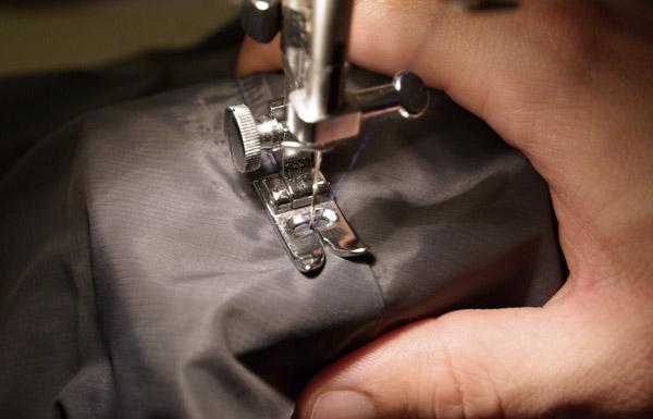 Bien applatir la marge de couture avec le pouce